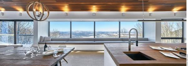 View of the 27' wide bay window with upholstered window seat and expansive views beyond, Image Courtesy © Marc Cramer