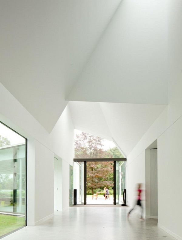 The existing structure served as basis: the outer walls and roofs were modernized by adding insulation and replacing all windows and larger areas of glazing