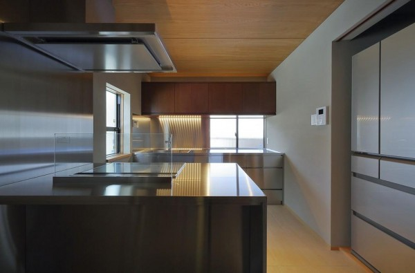 Viewing kitchen from dining room, Image Courtesy © Sohei Terui