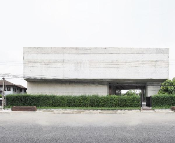 The solid concrete box with only one opening to connect the street outside, Image Courtesy © ASWA (Architectural Studio of Work - Aholic)