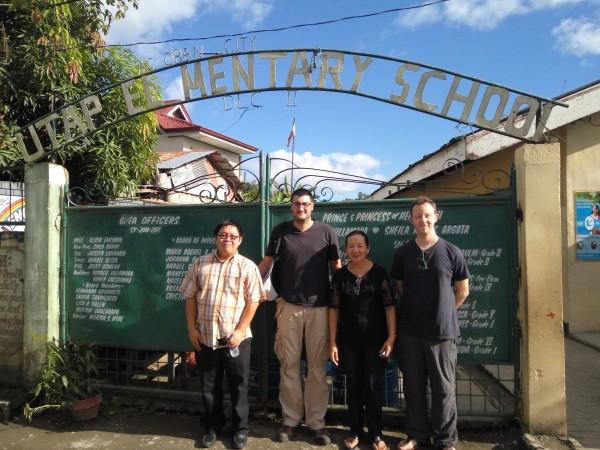 Alfonso con Chris O'Donoghue y otros en la puerta de la Escuela UTAP