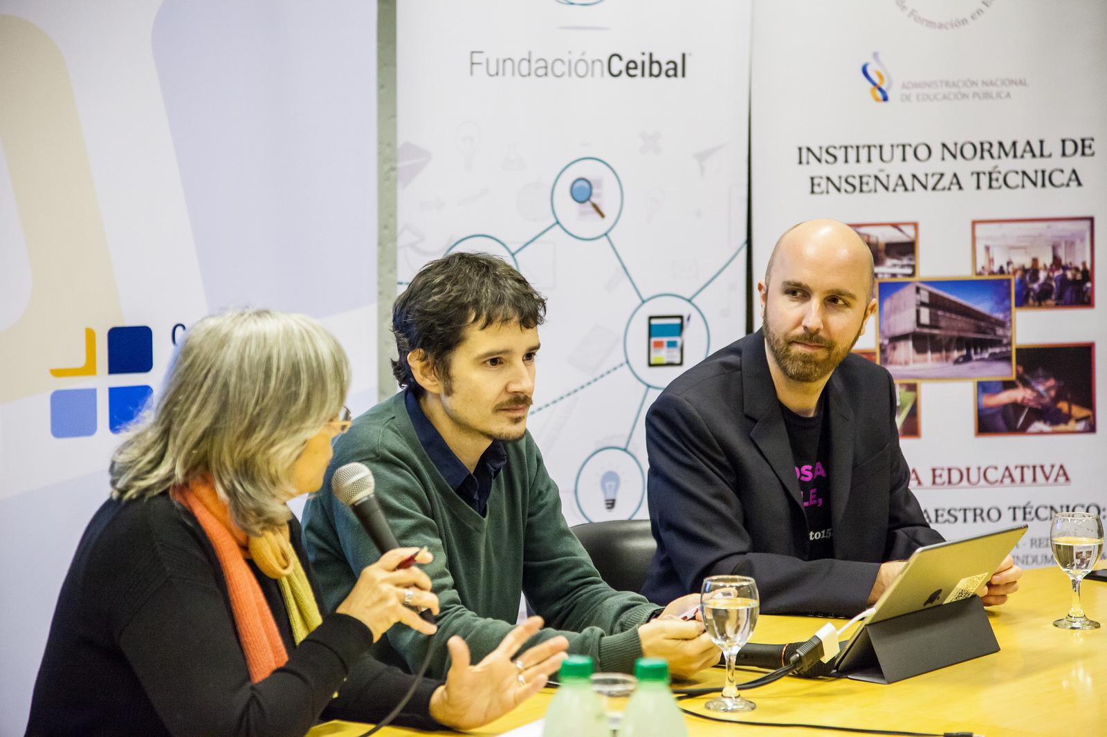 John Moravec en la inauguración de la charla junto a María Dibarboure del Consejo de Formación Docente y Cristóbal Cobo de la Fundación Ceibal.