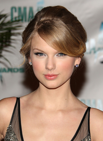 Taylor Swift's natural curls are lovely, but she also looks sophisticated