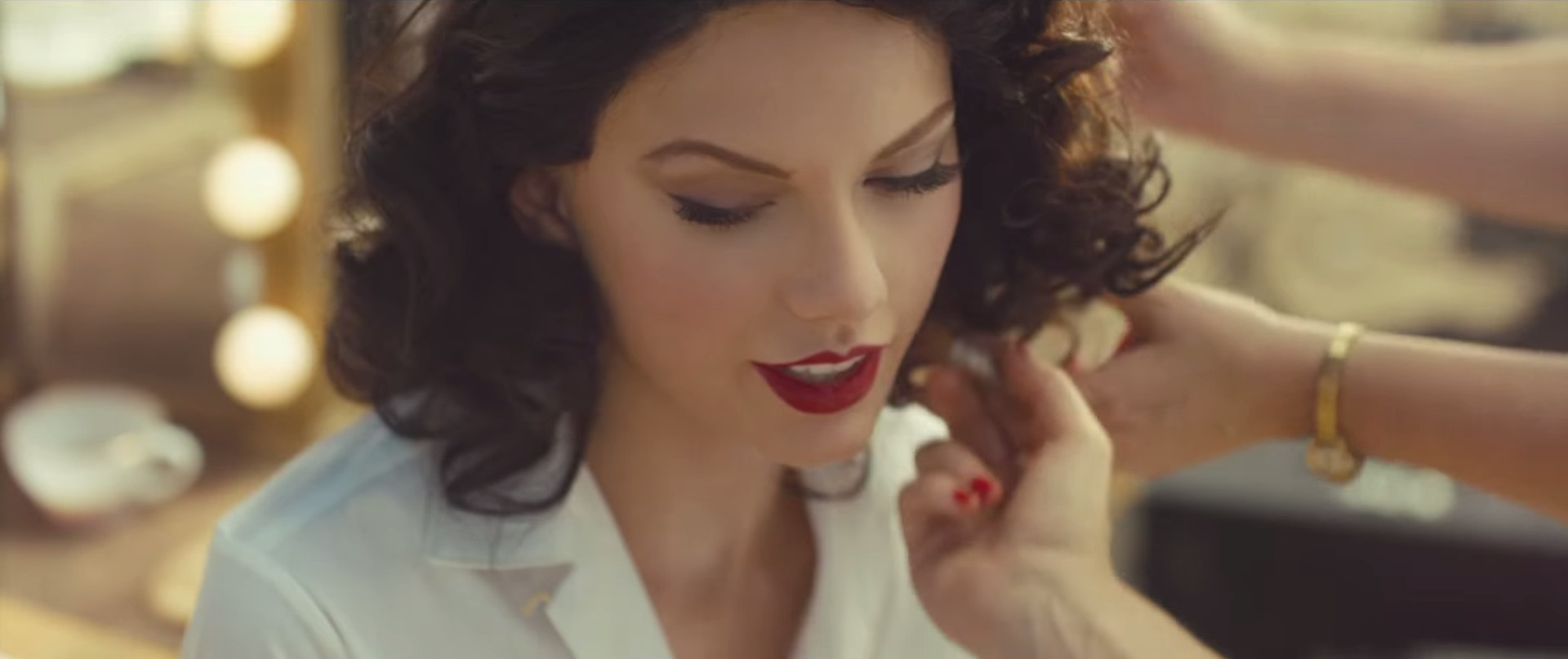 """Taylor Swift flaunting her 'red lipstick' style in """"Wildest Dreams"""" music video (Image: livingly.com)"""