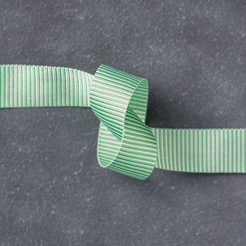 141429: Fein gestreiftes Geschenkband in Grasgrün Image