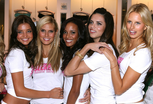 Heidi Klum Victoria's Secret Angels (L-R) Miranda Kerr, Heidi Klum, Selita Ebanks, Adriana Lima and Karolina Kurkova pose at Victoria's Secret store at the Hollywood and Highland as part of the Victoria Secrets Angels Share their favorite Holiday gift picks promotion on November 13, 2007 in Hollywood, California.