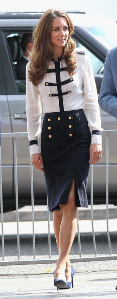 https://i1.wp.com/www3.pictures.stylebistro.com/gi/Kate+Middleton+Tops+Button+Down+Shirt+N8JDBvdvOn6l.jpg