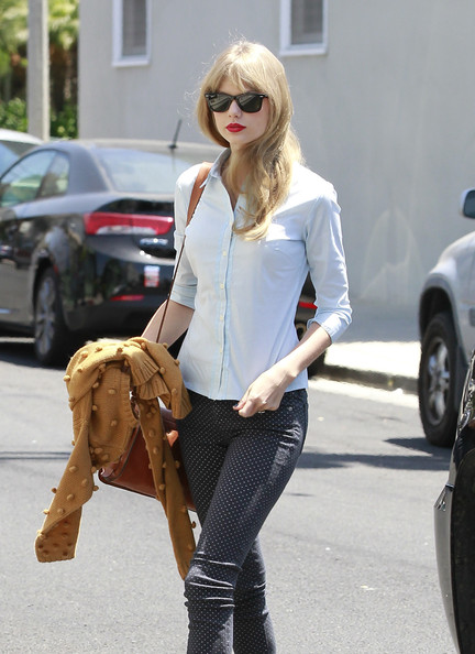 Taylor Swift - Taylor Swift Works On Memorial Day