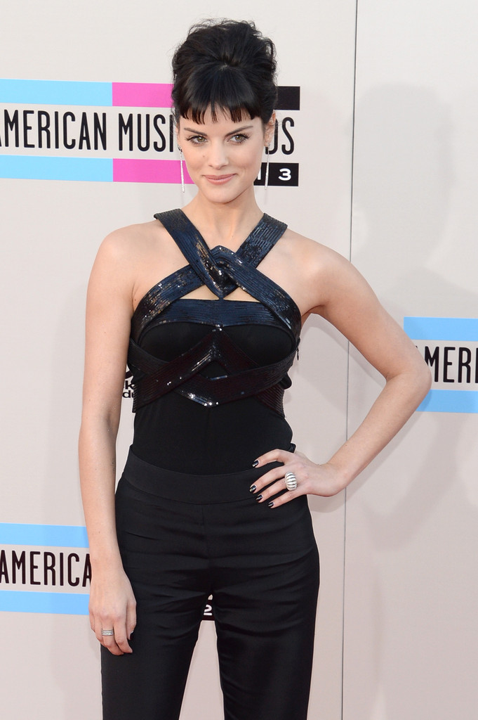https://i1.wp.com/www3.pictures.zimbio.com/gi/2013+American+Music+Awards+Arrivals+I1cco0WHiNfx.jpg?resize=681%2C1024