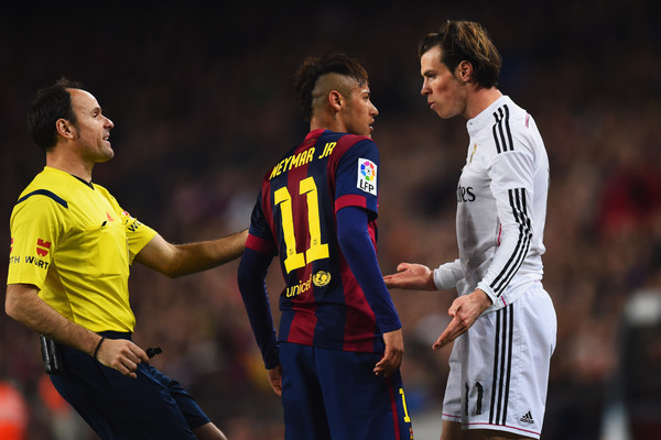 Referee Antonio Miguel Mateu Lahoz intervenes as Neymar of Barcelona and Gareth Bale of Real Madrid CF clash during the La Liga match between FC Barcelona and Real Madrid CF at Camp Nou on March 22, 2015 in Barcelona, Spain.