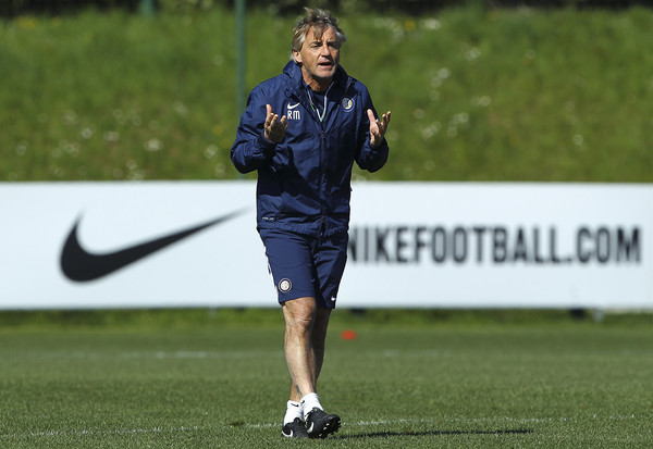 FC Internazionale Milano coach Roberto Mancini issues instructions to his players during an FC Internazionale training session at the club's training ground on April 7, 2015 in Appiano Gentile Como, Italy.
