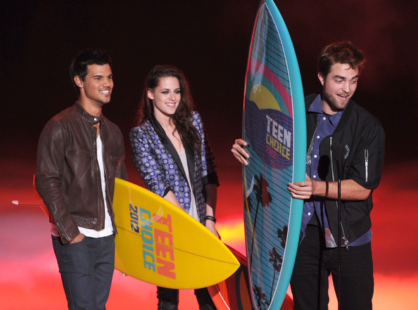 (L-R) Actors Taylor Lautner, Kristen Stewart, and Robert Pattinson accept the Ultimate Choice award onstage during the 2012 Teen Choice Awards at Gibson Amphitheatre on July 22, 2012 in Universal City, California.