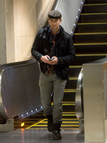 Peter Facinelli tunes into his IPOD as he arrives at LAX (Los Angeles International Airport).