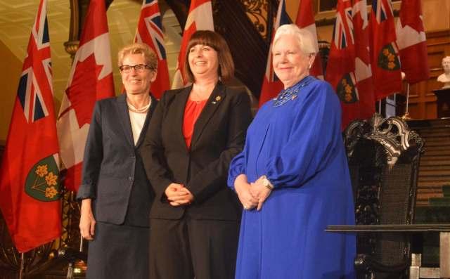 La première ministre Kathleen Wynne et la lieutenante-gouverneure Elizabeth Dowdeswell ont participé à l'assermentation de Marie-France Lalonde en tant que ministre déléguée aux Affaires francophones de l'Ontario, lundi 13 juin 2016. François Pierre Dufault