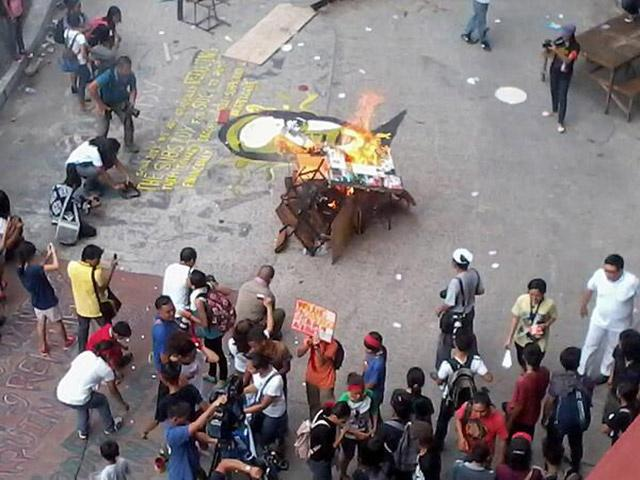 PUP-Manila students' chair-burning protest. Photo credit: Abigail Joy Liquiran via YouScoop