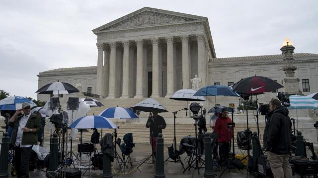 Television news crews wait for decisions outside the U.S. Supreme Court, in Washington, June 22, 2018. (Erin Schaff/The New York Times)