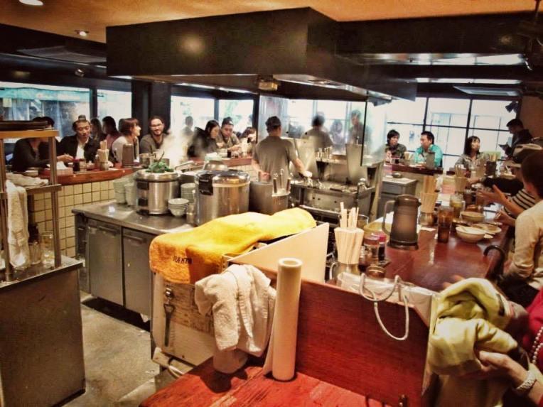 Un restaurant mic, cu mese de jurul imprejurul barului, unde se faceau cele mai gustoase giozas din Harajuku!