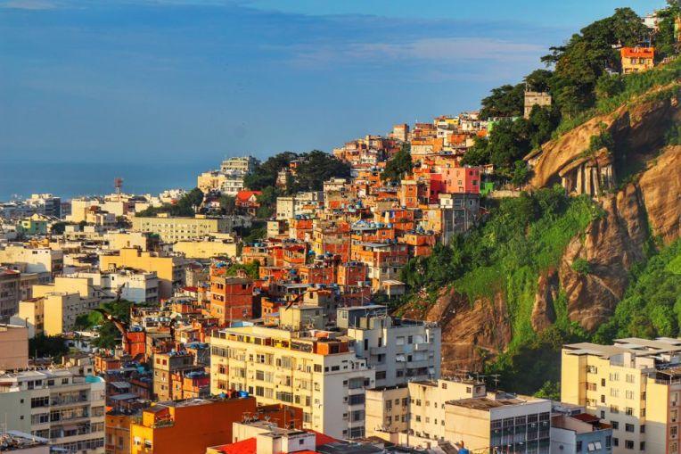 Favele pe muntii de langa Copacabana