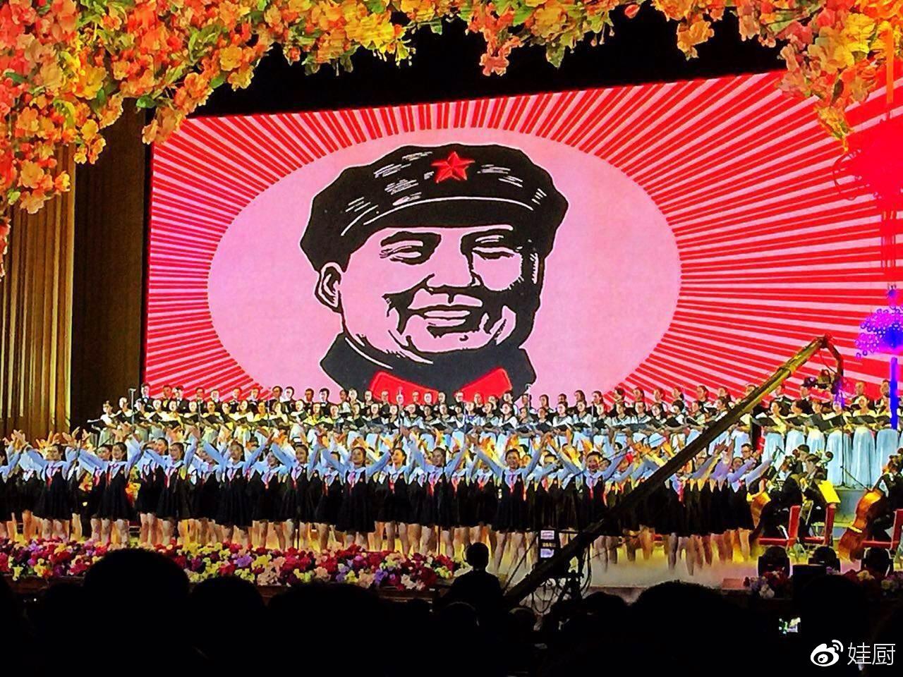 大屏幕展现主席像章里的经典图案