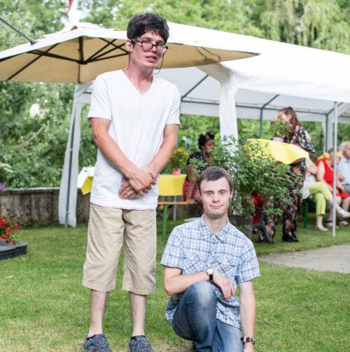 zwei menschen entspannen draussen im Garten