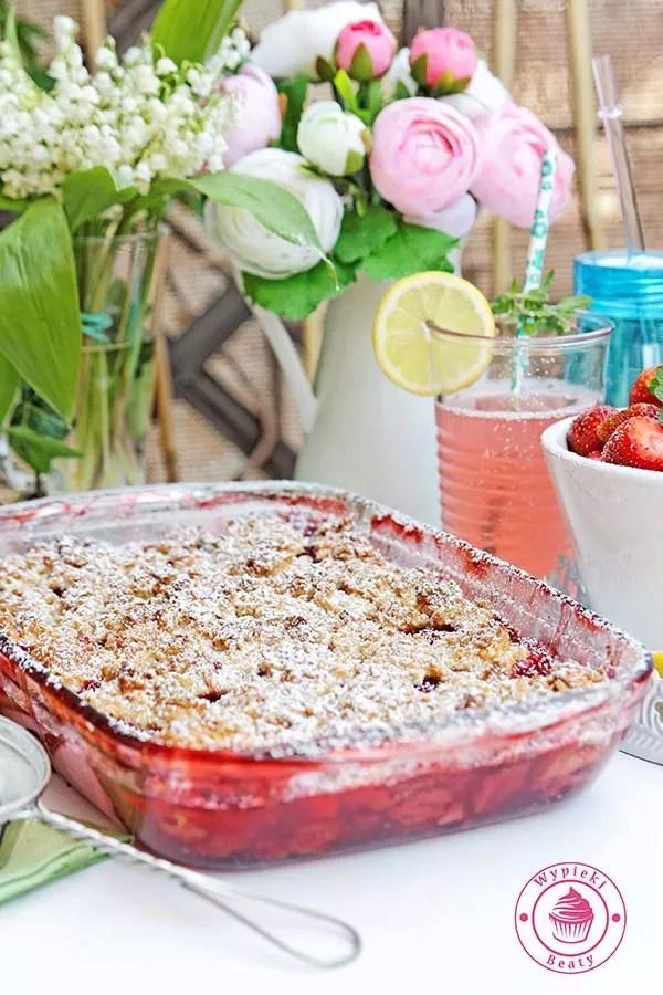 truskawki pod ciastem