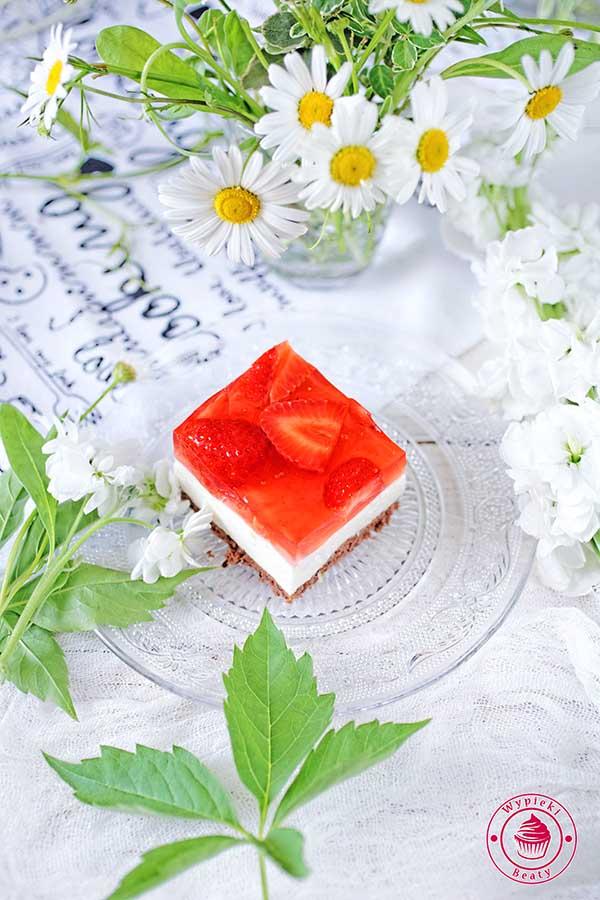 sernik z galaretką i truskawkami