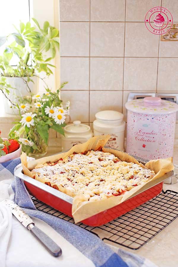 drożdżowe ciasto z rabarbarem i truskawkami