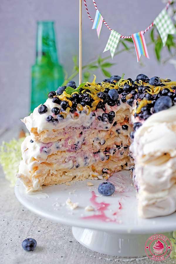 tort bezowy z owocami