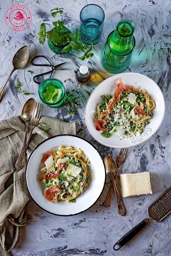 makaron z groszkiem i włoską szynką długodojrzewającą