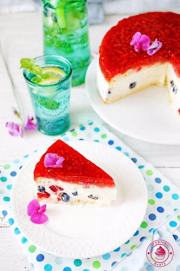 biszkopt przełożony masą jogurtową z borówką amerykańską i malinami z galaretką malinową na wierzchu