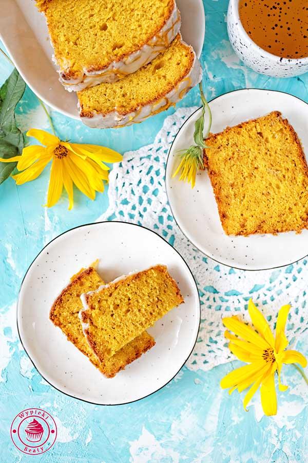 wilgotne proste i szybkie ciasto z mango i lukrem