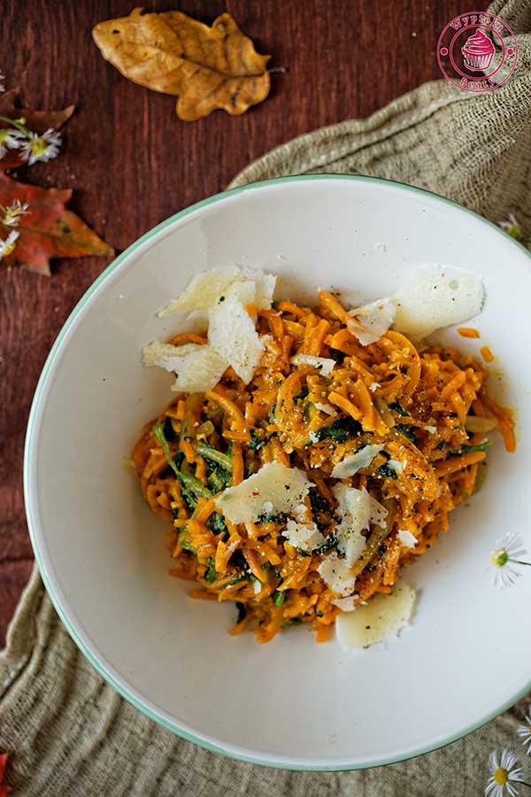 spaghetti z batatów ze szpinakiem i jasnym sosem