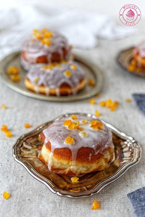 pyszne pączki z lukrem i skórką pomarańczową