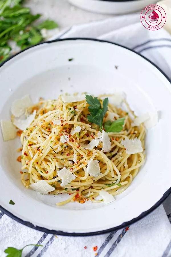spaghetti z czosnkiem i natką pietruszki