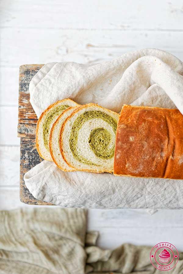 chleb dwukolorowy z matcha