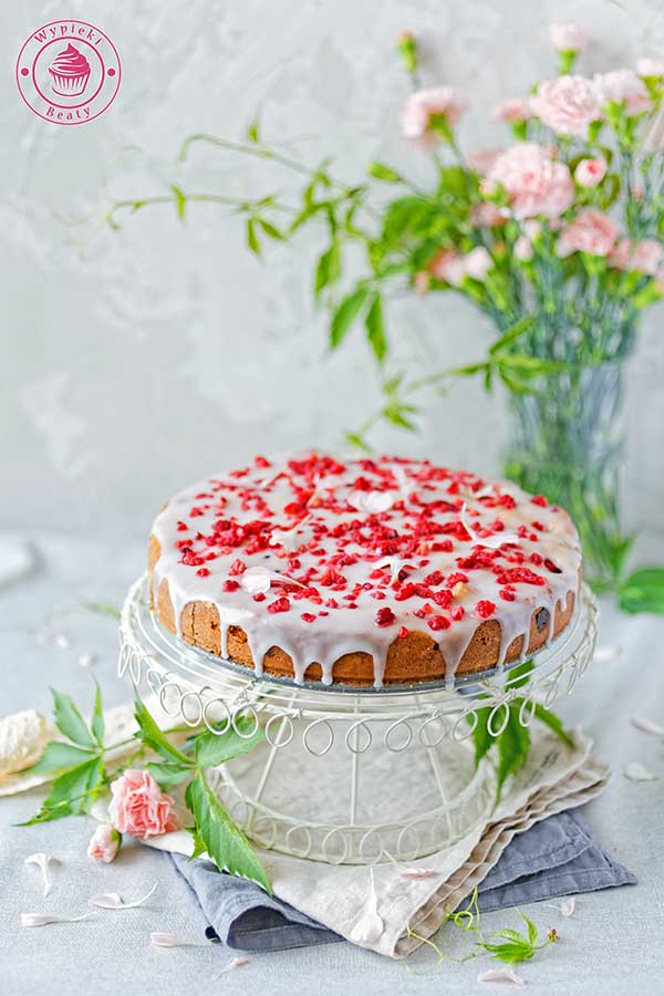 maślane ciasto z malinami i lukrem