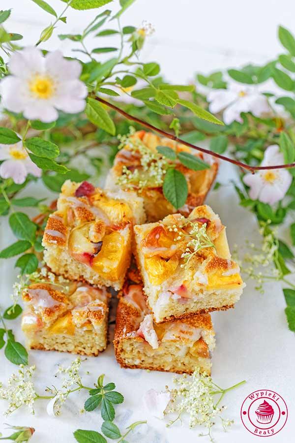 ciasto z kaszą manną i brzoskwiniami