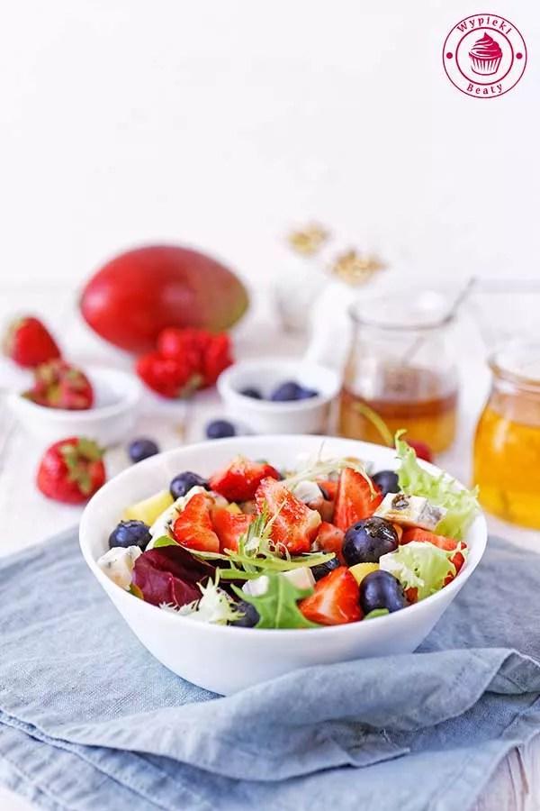 lekka i dietetyczna sałatka z truskawkami