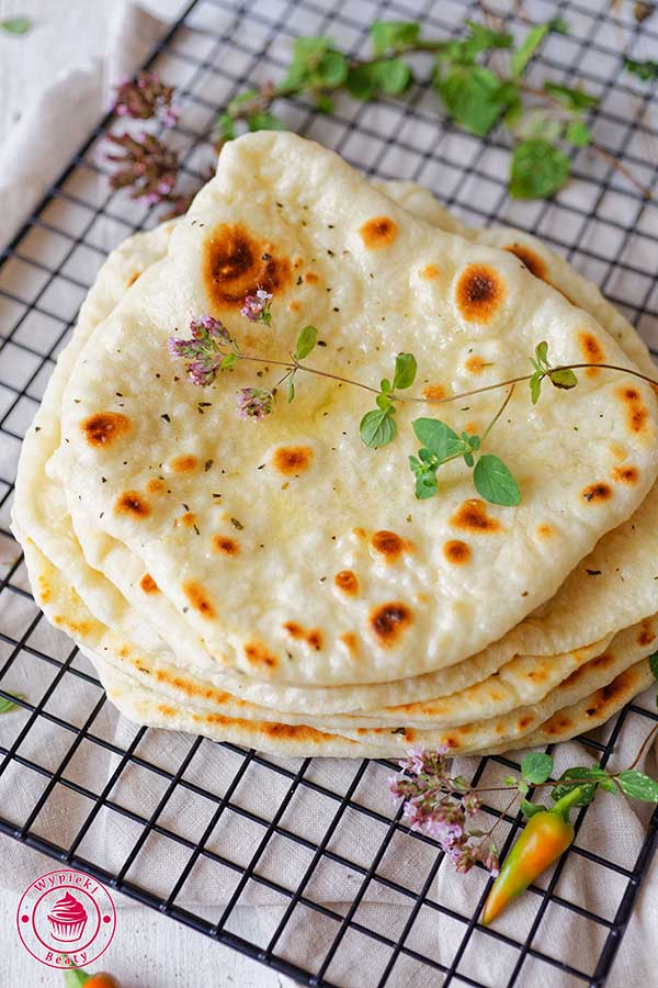 drożdżowe chlebki naan