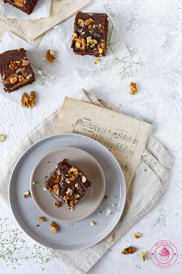 przepis na ciasto czekoladowe z orzechami i kajmakiem