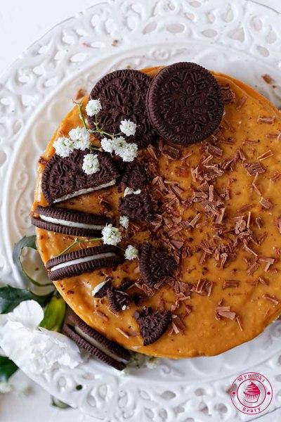 sernik karmelowy na ciasteczkowym spodzie oreo