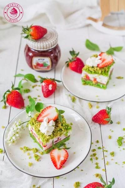 dietetyczne ciasto szpinakowe z jogurtową masą i truskawkami