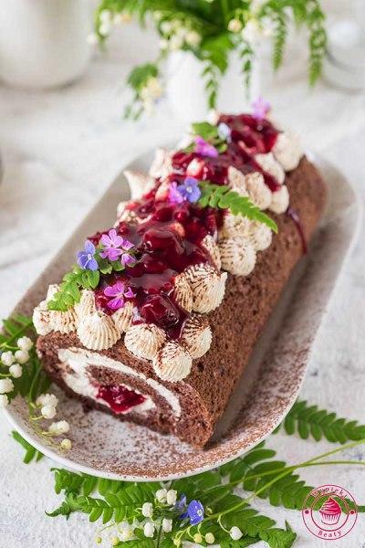 czekoladowy biszkopt z wiśniami i kremem