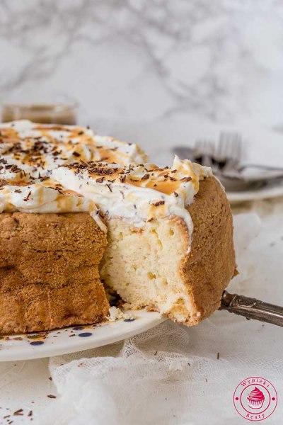 mocno nasączone ciasto z bitą śmietaną