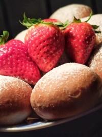 pączki pieczone z truskawkami