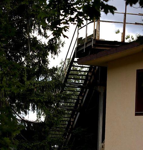 Tak na prawdę skocznia nie zaczyna się na dachu, a tuż przy nim. Można jednak odnieść takie wrażenie oglądając z dołu lub z daleka.