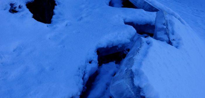 Opadający lód na brzeg Jeziora Bukówka. Ciekawie to wygląda!