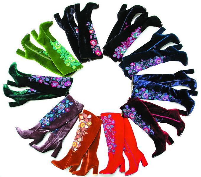 Велюрові чобітки, прикрашені ручною вишивкою, коштують чимало.
