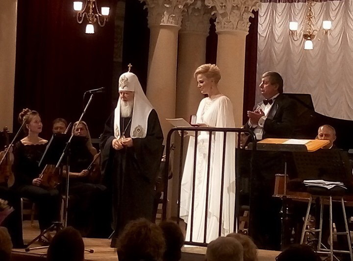 Патріарх Київський і всієї Руси-України Філарет, нагородив Марію Максакову орденом святої Великомучениці Варвари