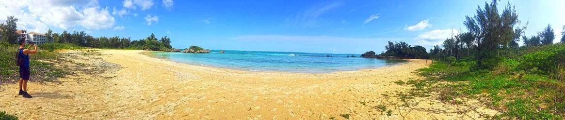 Une plage dans la ville de Maeda à Okinawa au Japon